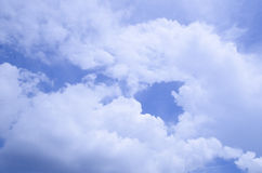 Cielo azul con la nube blanca Fotografía de archivo