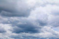 cielo azul con la nube blanca grande, y raincloud en naturaleza Fotografía de archivo libre de regalías