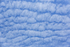 Cielo azul con la nube de onda Imagen de archivo