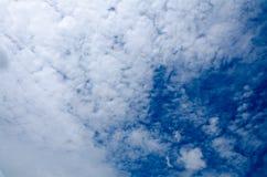 Cielo azul con la nube hermosa Imágenes de archivo libres de regalías