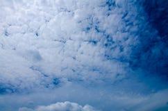 Cielo azul con la nube hermosa Fotos de archivo