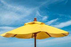 Cielo azul con la nube suave y el paraguas amarillo Imagen de archivo libre de regalías