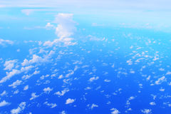 Cielo azul con la nube vista en el aeroplano Imagen de archivo libre de regalías