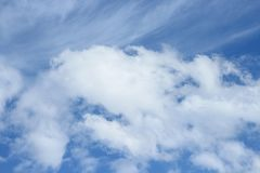 Cielo azul con la nube Vivo colorido Fotos de archivo