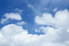 Cielo azul con la nube Vivo colorido Imágenes de archivo libres de regalías