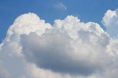Cielo azul con la nube y el raincloud grandes blancos Imagenes de archivo