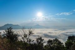 Cielo azul con la subida del sol Fotografía de archivo libre de regalías