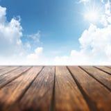 Cielo azul con la tabla de madera Imágenes de archivo libres de regalías