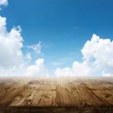 Cielo azul con la tabla de madera Fotografía de archivo libre de regalías