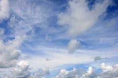 Cielo azul con las nubes Fotos de archivo