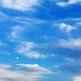 Cielo azul con las nubes. Imagen de archivo