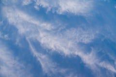Cielo azul con las nubes Foto de archivo libre de regalías
