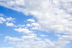 Cielo azul con las nubes Imagenes de archivo