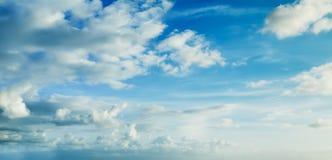 Cielo azul con las nubes Fotografía de archivo