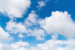 Cielo azul con las nubes Fotos de archivo libres de regalías