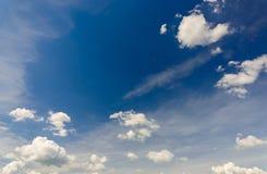 cielo azul con las nubes al mediodía Foto de archivo libre de regalías