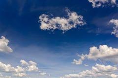 cielo azul con las nubes al mediodía Foto de archivo