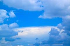 Cielo azul con las nubes blancas Foto de archivo