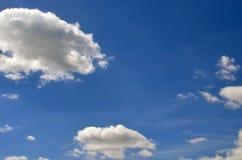 Cielo azul con las nubes blancas imágenes de archivo libres de regalías
