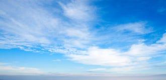 Cielo azul con las nubes blancas Fotos de archivo libres de regalías