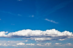 Cielo azul con las nubes blancas fotografía de archivo libre de regalías