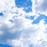 Cielo azul con las nubes blancas Fotografía de archivo