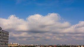 Cielo azul con las nubes blancas almacen de video