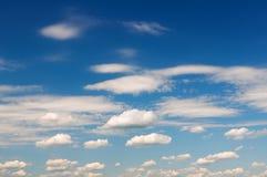 Cielo azul con las nubes blancas Imagen de archivo