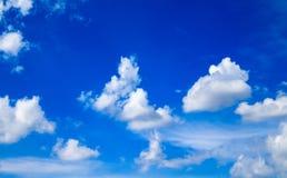 Cielo azul con las nubes blancas Imagenes de archivo