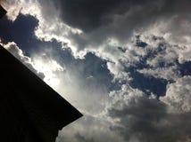 Cielo azul con las nubes blancas grandes Foto de archivo libre de regalías