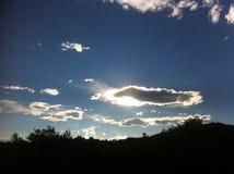Cielo azul con las nubes blancas grandes Imágenes de archivo libres de regalías