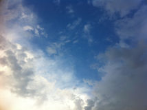 Cielo azul con las nubes blancas grandes Fotografía de archivo libre de regalías