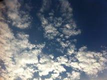 Cielo azul con las nubes blancas grandes Imagen de archivo