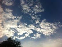 Cielo azul con las nubes blancas grandes Fotos de archivo libres de regalías