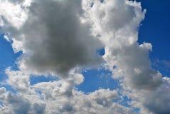 Cielo azul con las nubes blancas mullidas Foto de archivo libre de regalías