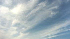 Cielo azul con las nubes blancas metrajes