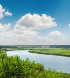 Cielo azul con las nubes blancas sobre el río Fotografía de archivo