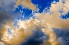 Cielo azul con las nubes coloreadas mullidas, rayo de luces, puesta del sol, amanecer Foto de archivo libre de regalías