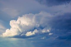 Cielo azul con las nubes de lluvia como fondo Foto de archivo libre de regalías