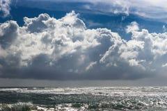 Cielo azul con las nubes de tormenta Fotos de archivo
