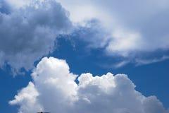 Cielo azul con las nubes dispersadas fotografía de archivo libre de regalías
