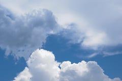 Cielo azul con las nubes dispersadas imagen de archivo