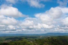 Cielo azul con las nubes en el campo Fotos de archivo