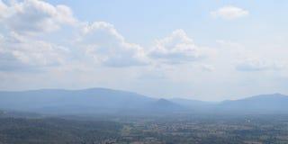 Cielo azul con las nubes en fondo de la montaña Fotos de archivo libres de regalías