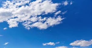 Cielo azul con las nubes en un día soleado del verano almacen de metraje de vídeo