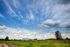 Cielo azul con las nubes extrañas hermosas en el campo Imagen de archivo