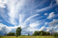 Cielo azul con las nubes extrañas hermosas en el campo Imagen de archivo libre de regalías