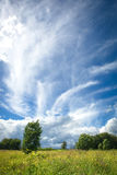 Cielo azul con las nubes extrañas hermosas en el campo Fotografía de archivo libre de regalías