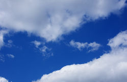 Cielo azul con las nubes, fondo imagenes de archivo