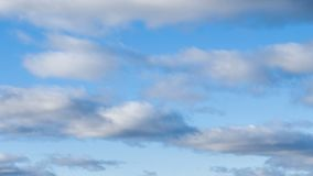 Cielo azul con las nubes grises almacen de video